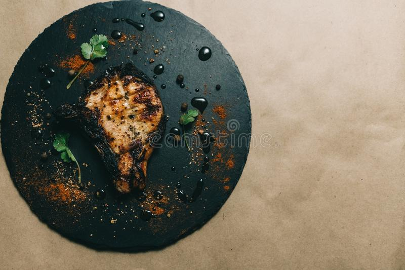 Стейк косточки свинины на деревянной предпосылке с медом Шифер доски kenza, перец стоковая фотография