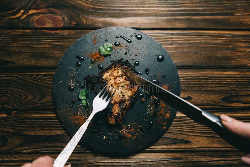 Стейк косточки свинины на деревянной предпосылке с медом Шифер доски kenza, перец стоковые фото