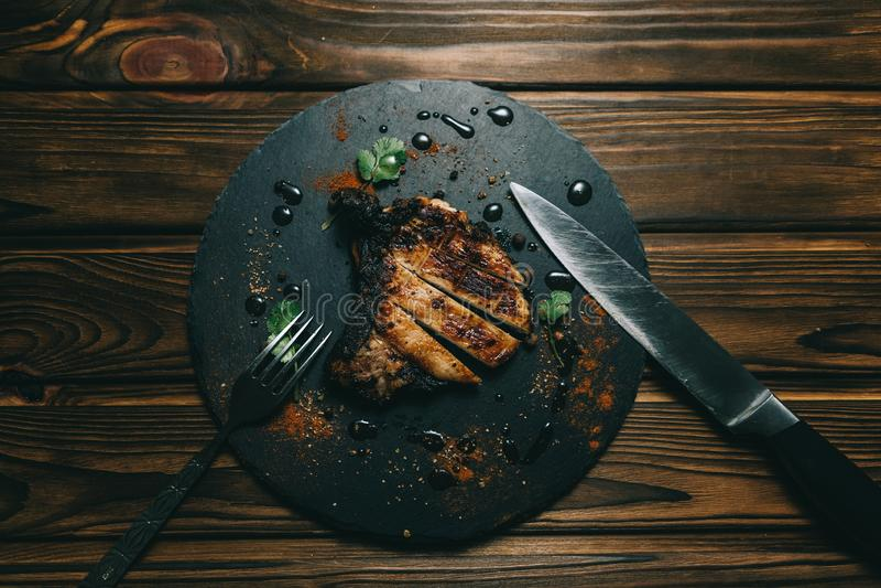 Стейк косточки свинины на предпосылке доски деревянной с медом kenzy, перцем стоковая фотография