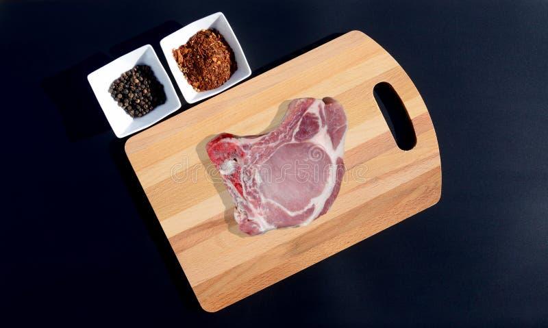 Стейк мяса на разделочной доске и соли стоковое изображение