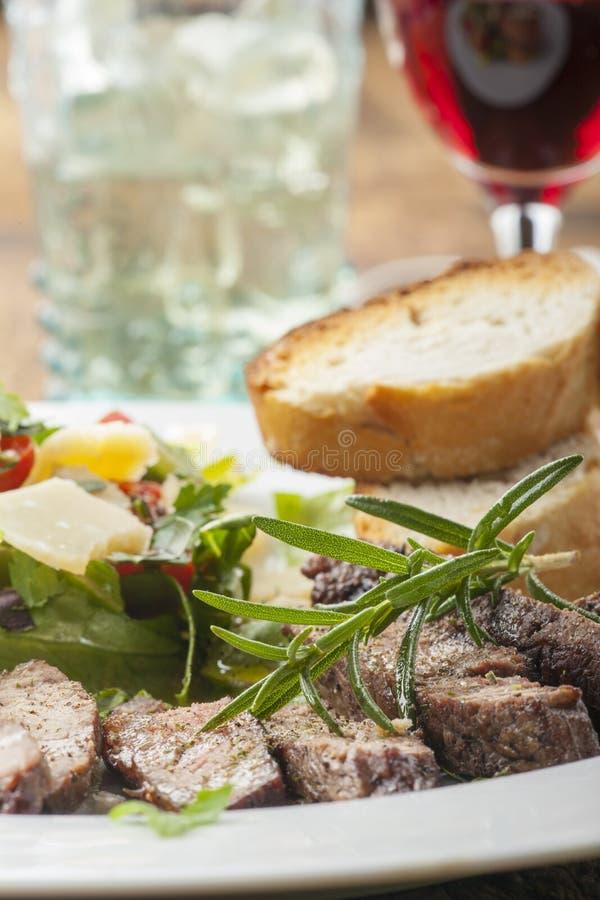Стейк на свежем салате стоковые фотографии rf