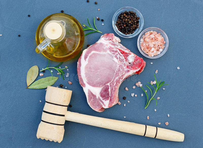 Стейк свежего мяса на столешнице в естественном камне стоковые фотографии rf