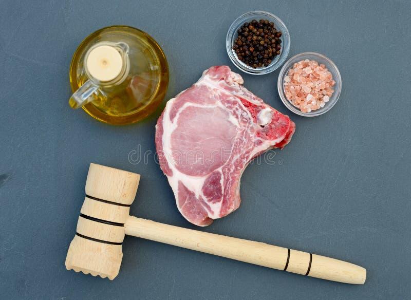 Стейк свежего мяса на столешнице в естественном камне стоковые фото
