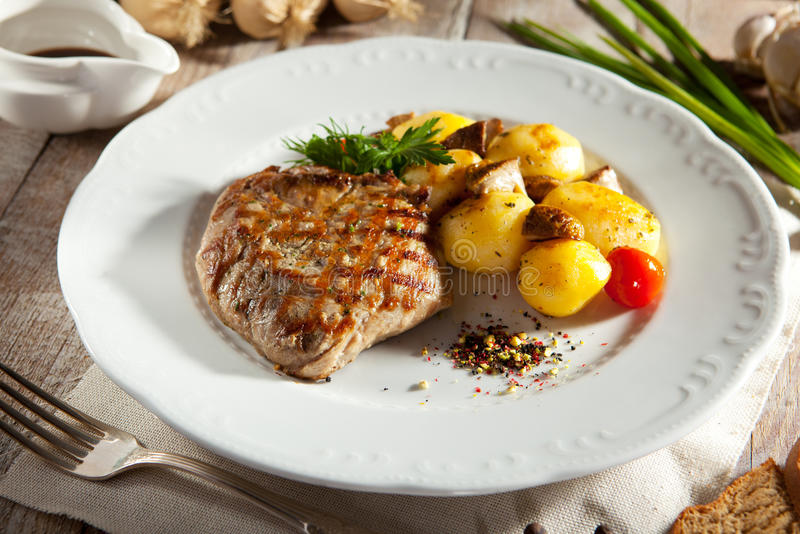 Стейк свинины с картошкой стоковая фотография rf