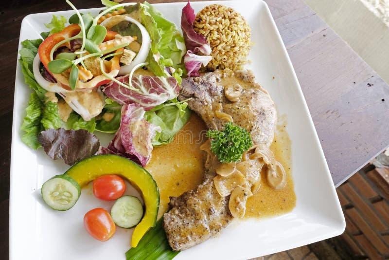Стейк свиной отбивной с салатом стоковые фотографии rf