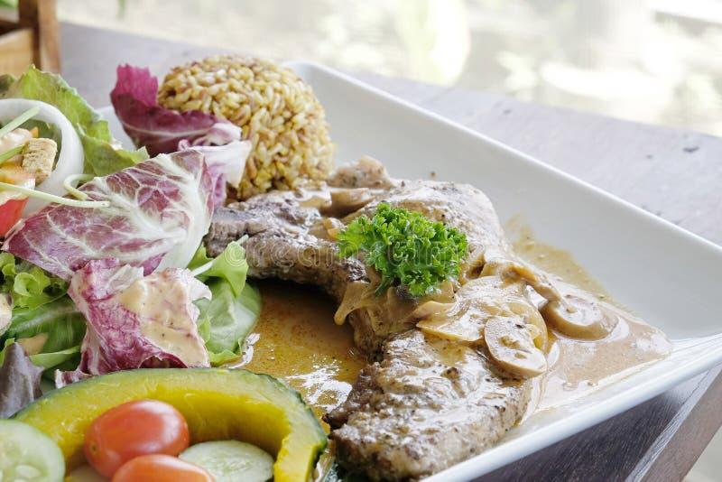 Стейк свиной отбивной с салатом стоковое фото rf