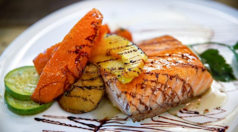 Стейк семг на блюде в ресторане морепродуктов гриля стоковые изображения