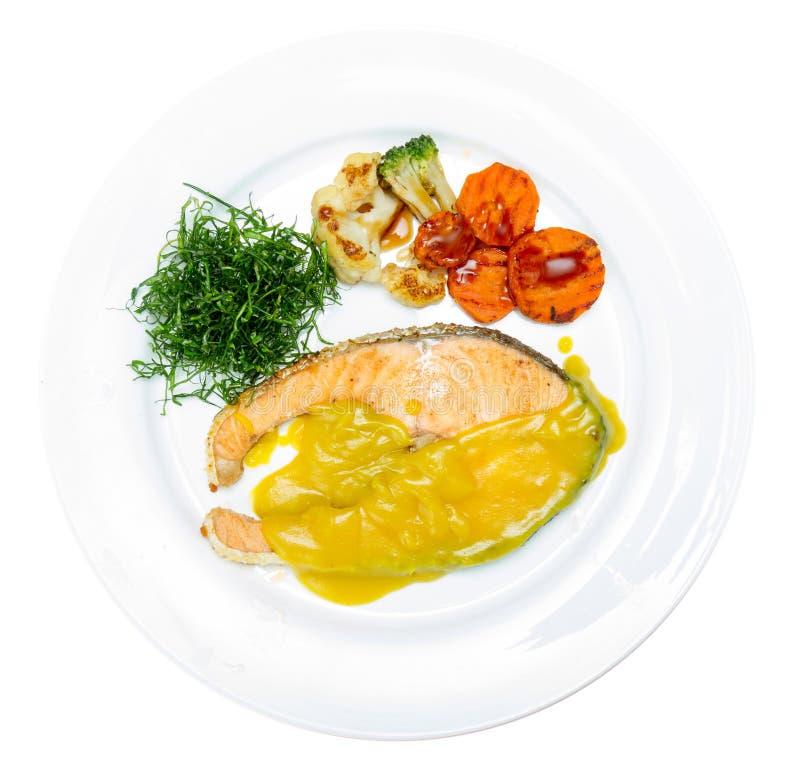 Стейк семг с желтым соусом стоковые фото