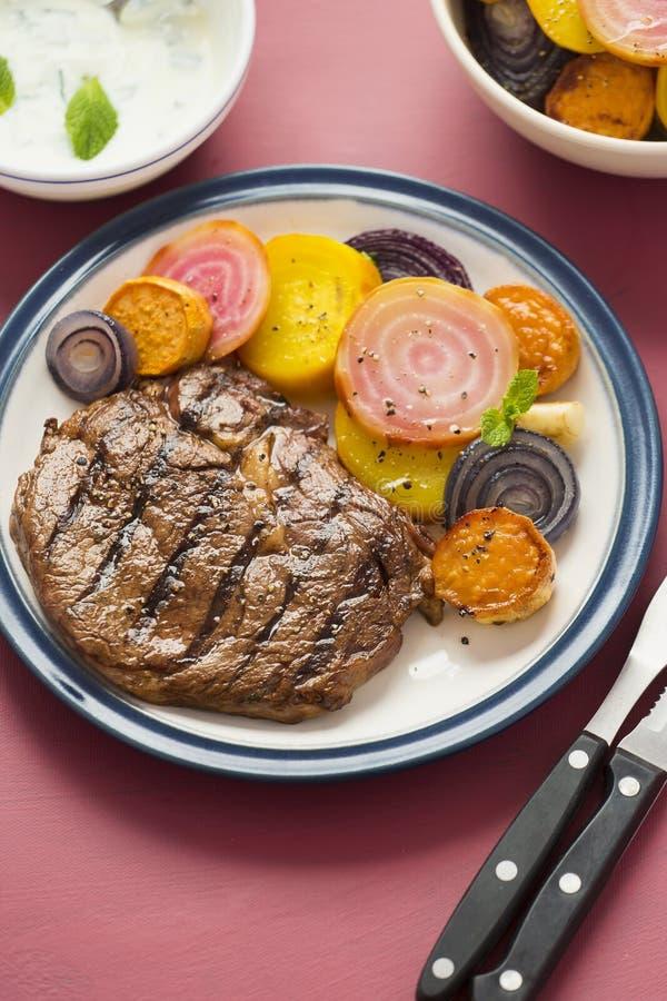 Стейк с салатом бураков стоковая фотография rf