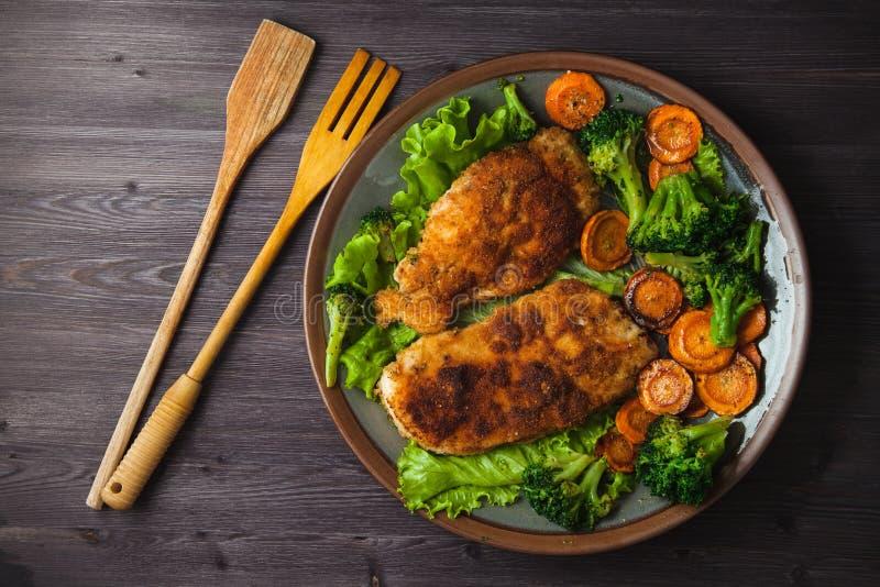 Стейк цыпленка в крошках с овощами на плите Меню, концепция ресторана Послуженный внутри Взгляд сверху стоковое фото
