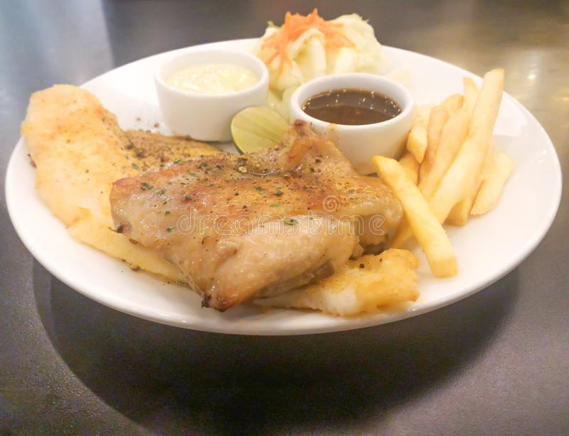 Стейк цыпленка и рыбы тележки стоковая фотография rf