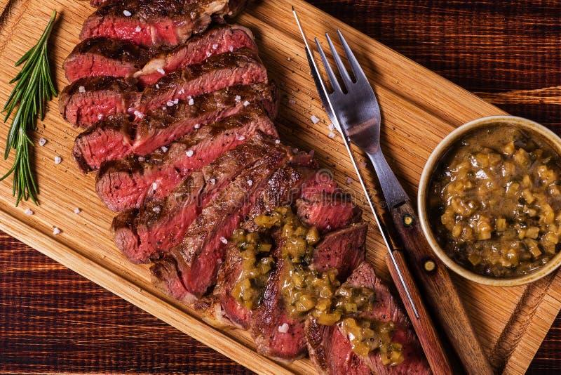 Стейк Ribeye и соус мустарда с соленьями стоковое фото rf