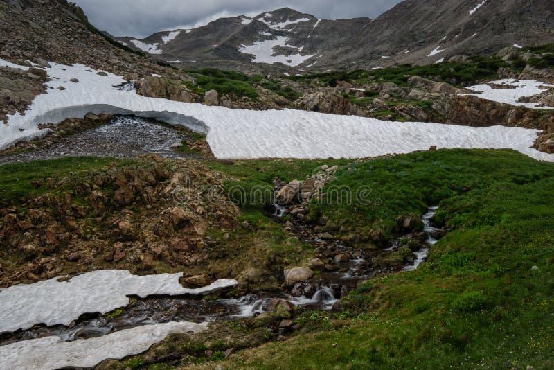 Стекание весны в скалистых горах стоковые фото