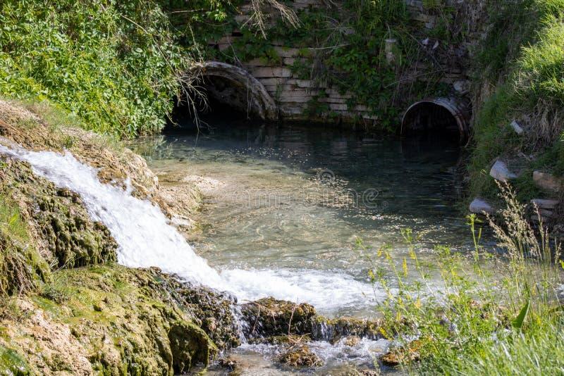 Стекание воды на thermopolis парка штата горячих источников wy стоковая фотография