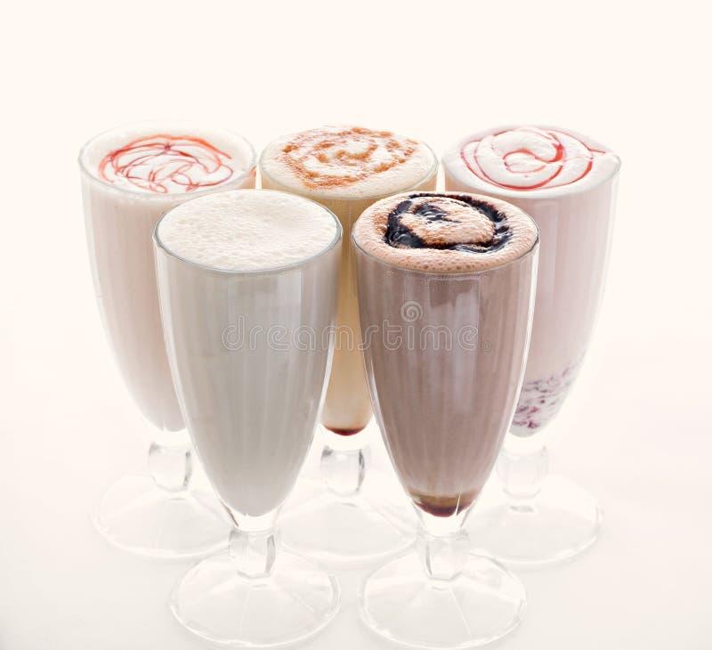 5 стекел различных milkshakes шоколада, клубники и ванили изолированных на белой предпосылке стоковые фото