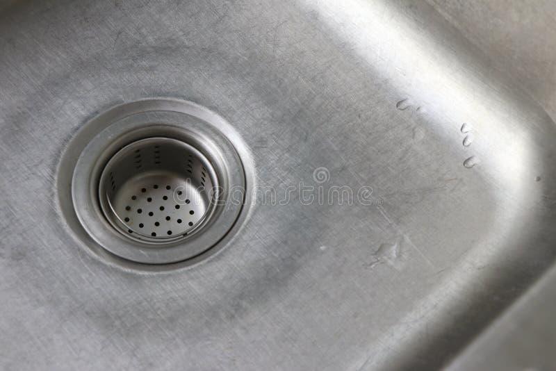 Стеките в раковине Дренажный канал с сеткой фильтра еды стоковое фото