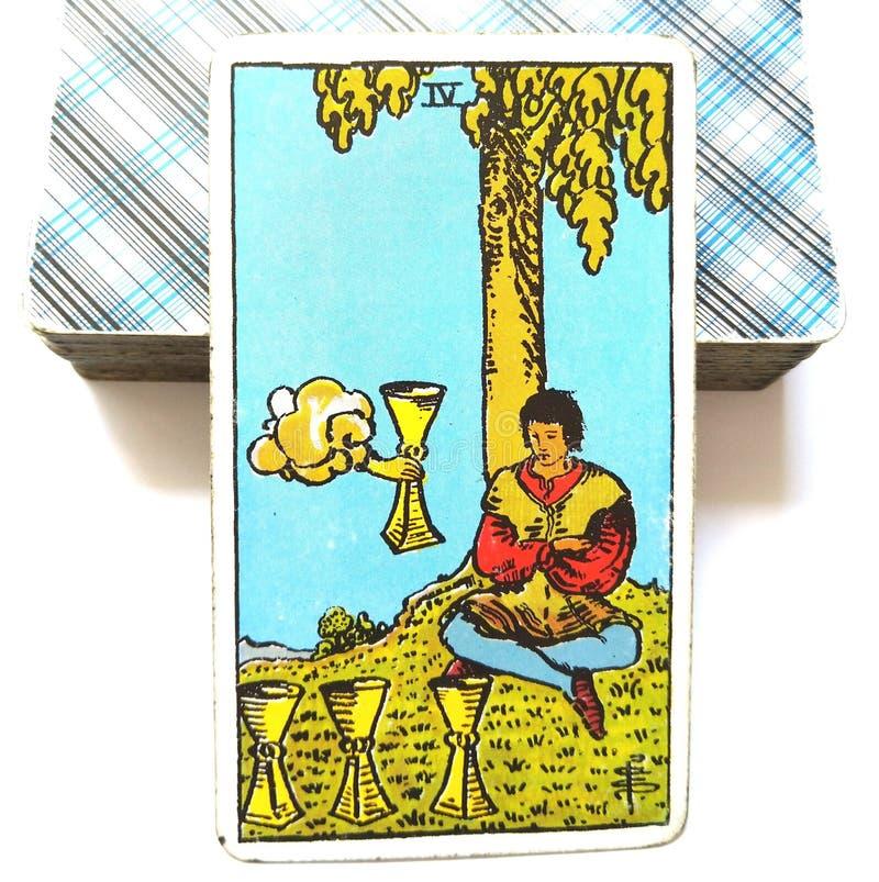 4 4 стекла апатии скуки карточки Tarot чашек разочаровыванного незаинтересованностью наполовину пустое разделенное утомлянное раз бесплатная иллюстрация