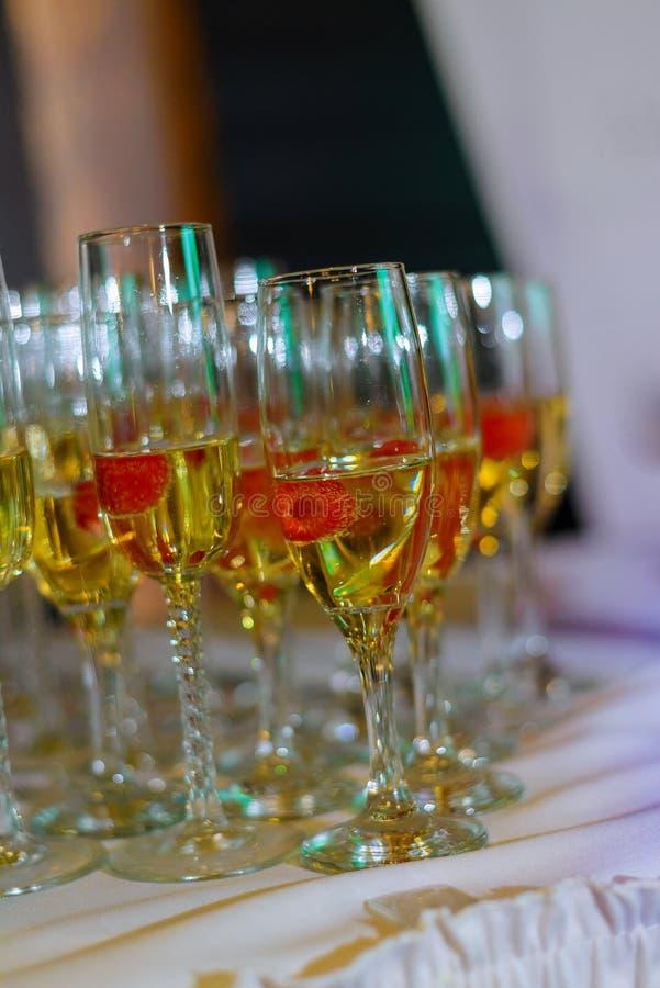 Стекла белого игристого вина на таблице стоковая фотография rf