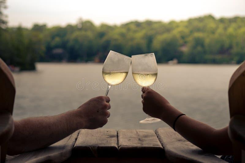 2 стекла будучи провозглашанным тост вина стоковое изображение rf