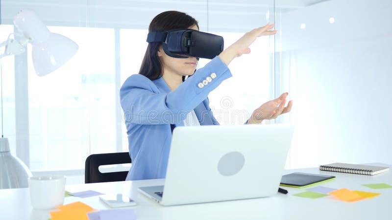 Стекла виртуальной реальности женщины нося на работе, шлемофоне изумлённых взглядов vr стоковая фотография rf