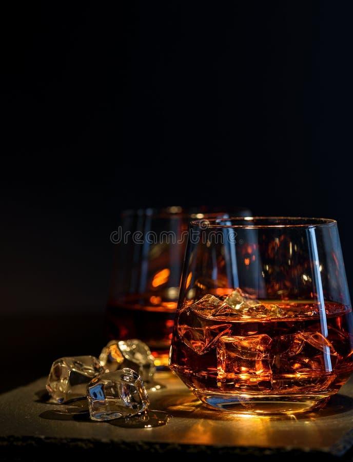 2 стекла вискиа с льдом на черной предпосылке стоковое изображение