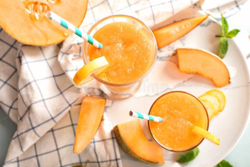Стекла вкусного smoothie дыни на таблице стоковое изображение