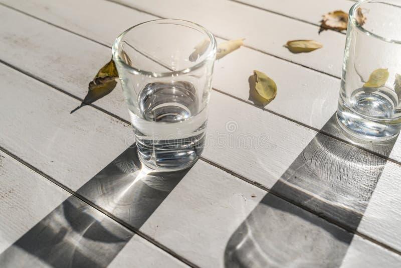 2 стекла воды на таблице стоковое фото rf