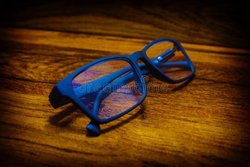 Стекла в голубой оправе стоковые изображения rf