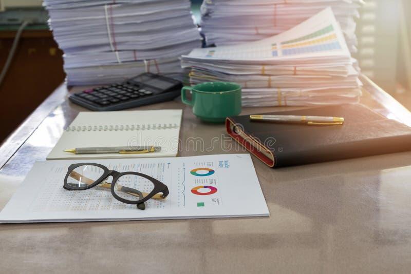 Стекла глаза на документах отчета в офисе стоковые изображения