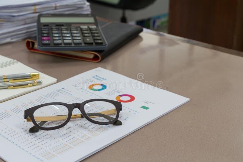 Стекла глаза на документах отчета в офисе стоковое изображение