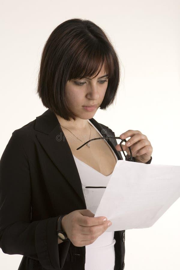 Download стекла держа женщину чтения Стоковое Изображение - изображение насчитывающей карьера, привлекательностей: 488543