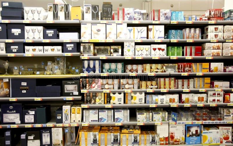 Стекла для сбывания на полках в супермаркете стоковые фотографии rf