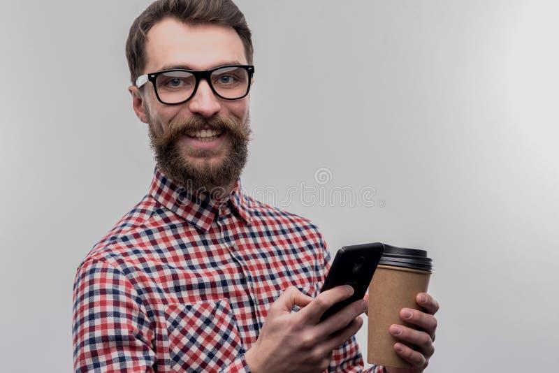Стекла занятого трудолюбивого бизнесмена нося держа на вынос кофе стоковая фотография