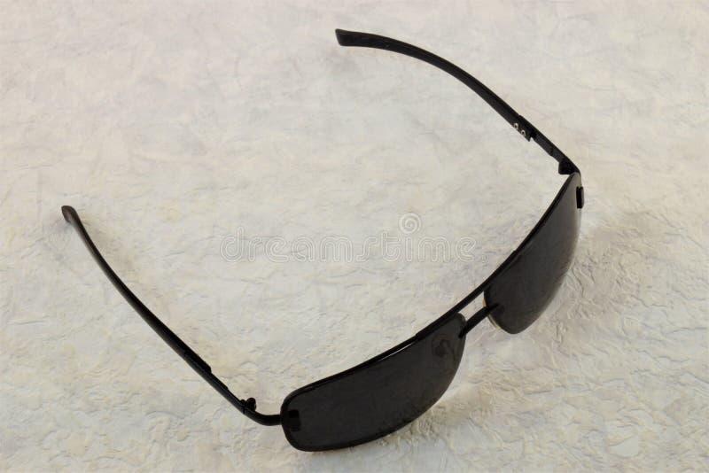 Стекла защищают глаза от яркого солнца стоковое фото rf