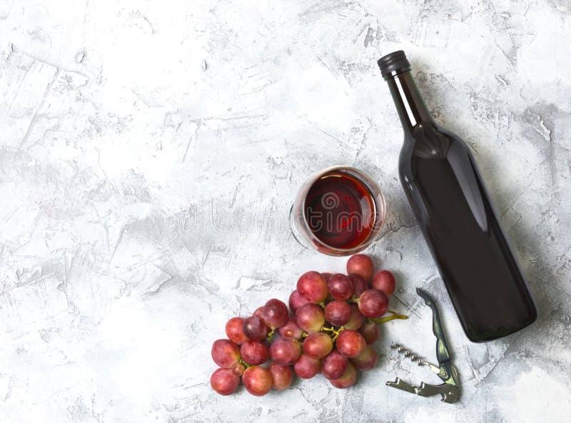 Стекла и бутылки красного вина стоковая фотография
