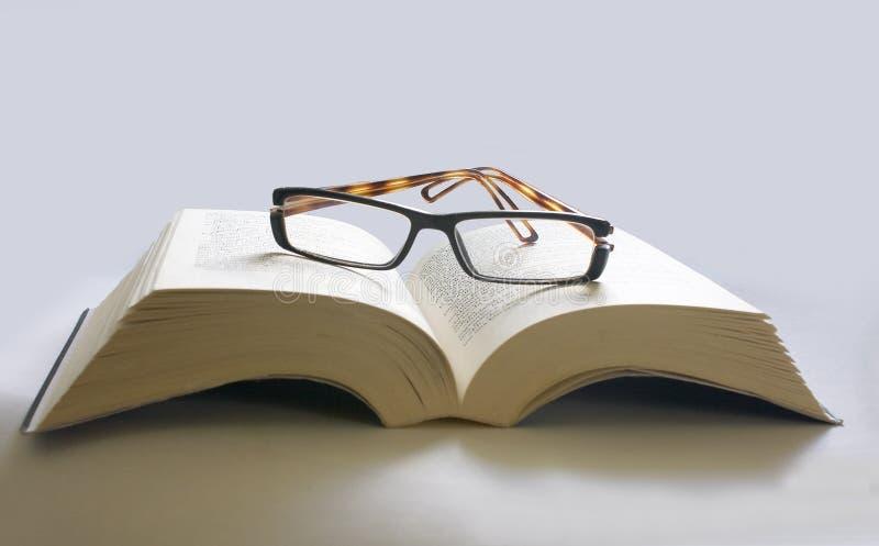 стекла книги раскрывают стоковое изображение