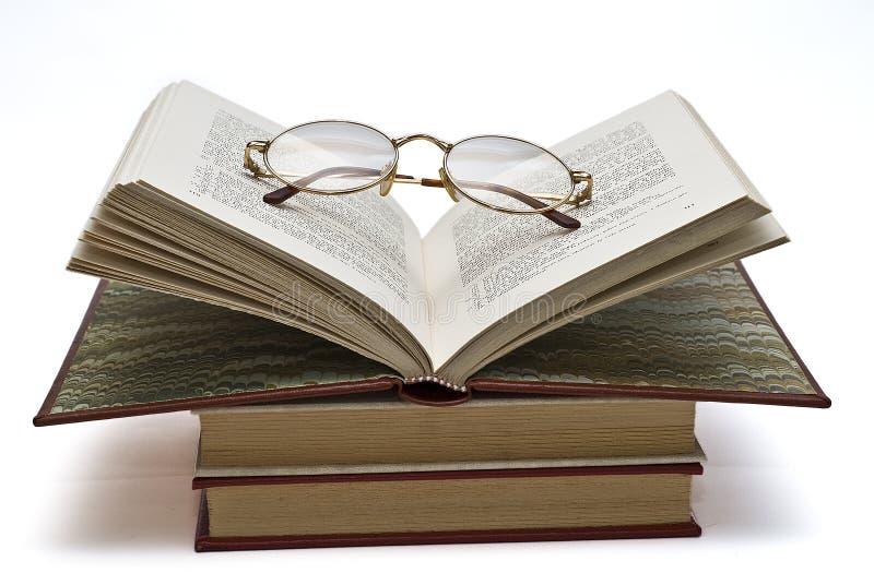 стекла книги раскрывают стоковые фото