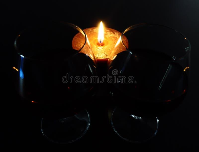 2 стекла коньяка с лимоном и горящей свечой стоковая фотография rf
