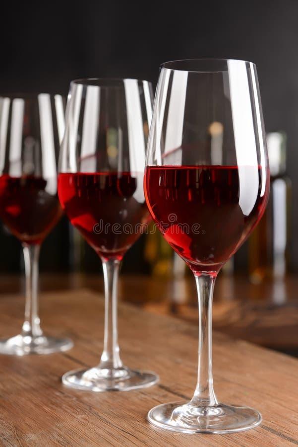 Стекла красного вина на деревянном столе стоковое изображение rf