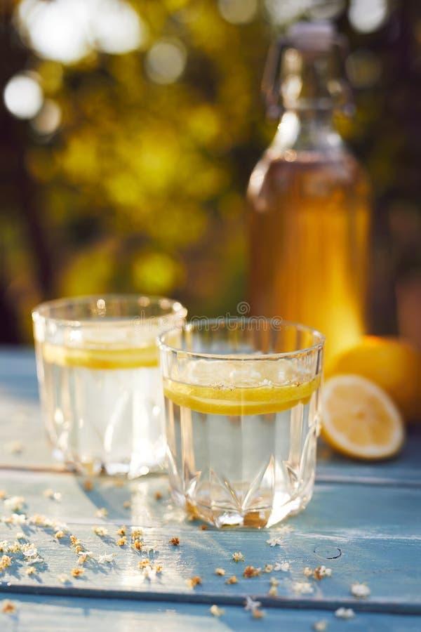 2 стекла лимонада и бутылки elderflower стоковая фотография