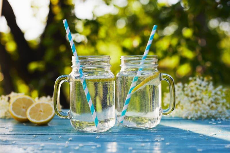 2 стекла лимонада elderflower домодельного сиропа стоковые фото