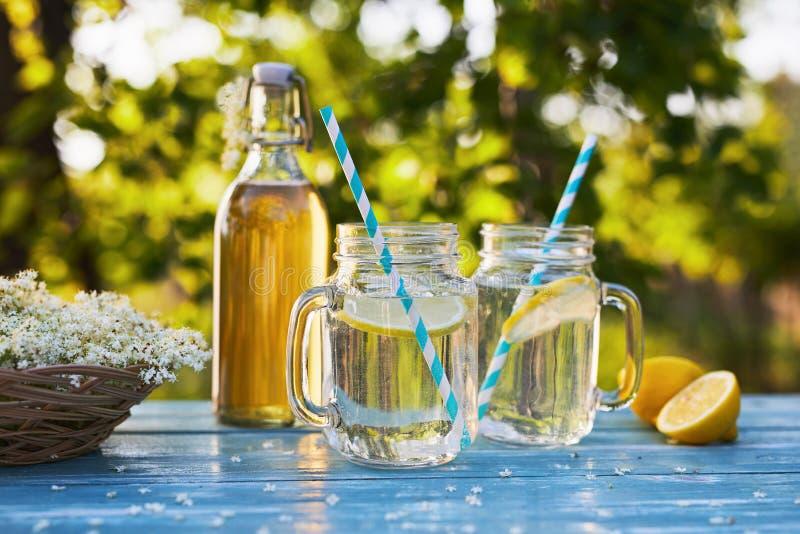 2 стекла лимонада elderflower с бутылкой сиропа стоковое изображение rf
