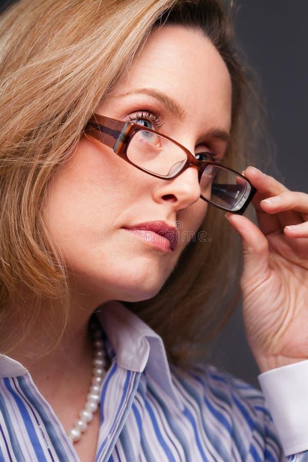 стекла нося женщину стоковые изображения rf