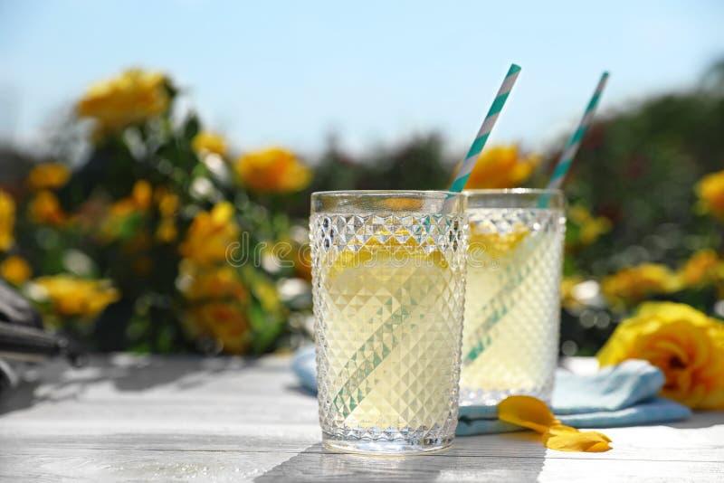 Стекла освежая лимонада на белом деревянном столе в розарии Космос для стоковое фото rf