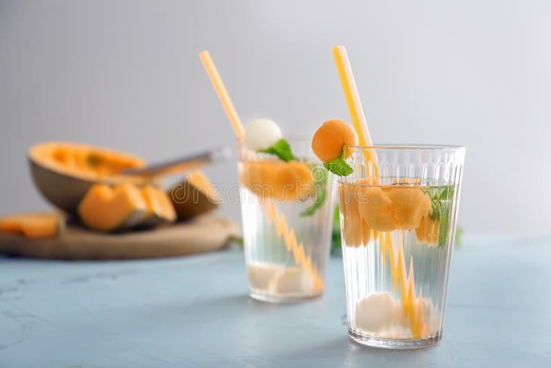 Стекла очень вкусных коктейлей с шариками дыни на светлой таблице стоковая фотография