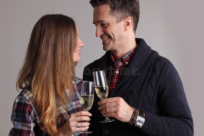 Стекла пар clinking шампанского стоковое изображение