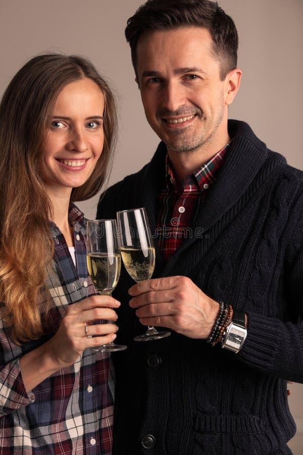 Стекла пар clinking шампанского стоковые фотографии rf