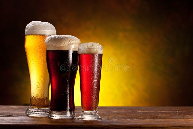 стекла пива бочонка ставят деревянное на обсуждение стоковая фотография rf