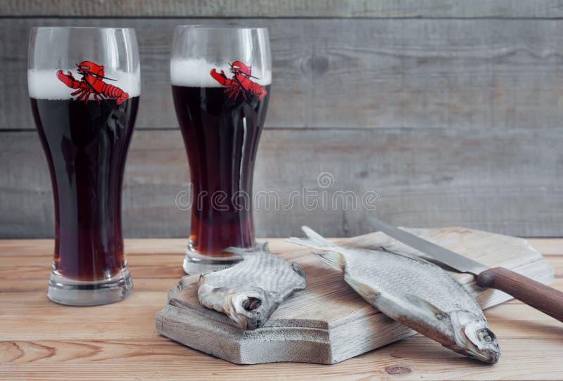 2 стекла пива и высушенных рыб стоковое изображение rf