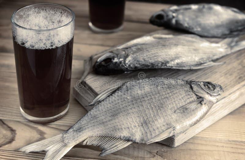 2 стекла пива и высушенных рыб стоковые фото